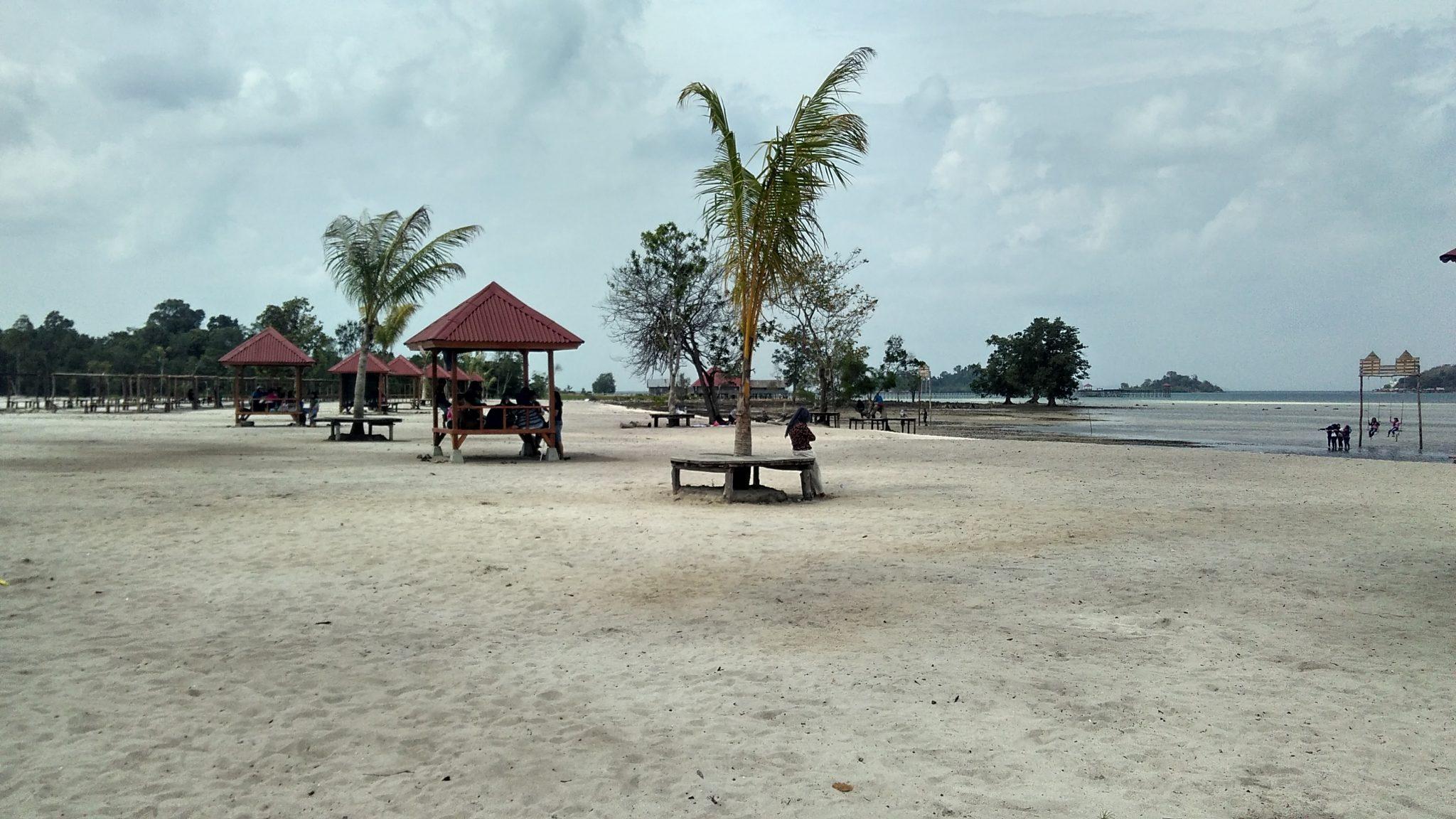 Pondok yang berjajar rapi di pantai