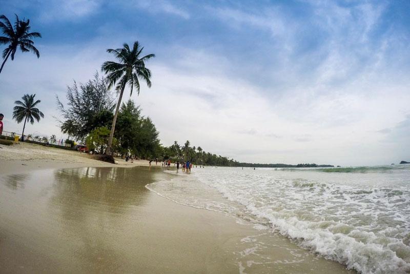 Lagoi Bay Beach, meski mendung, tetap mempesona