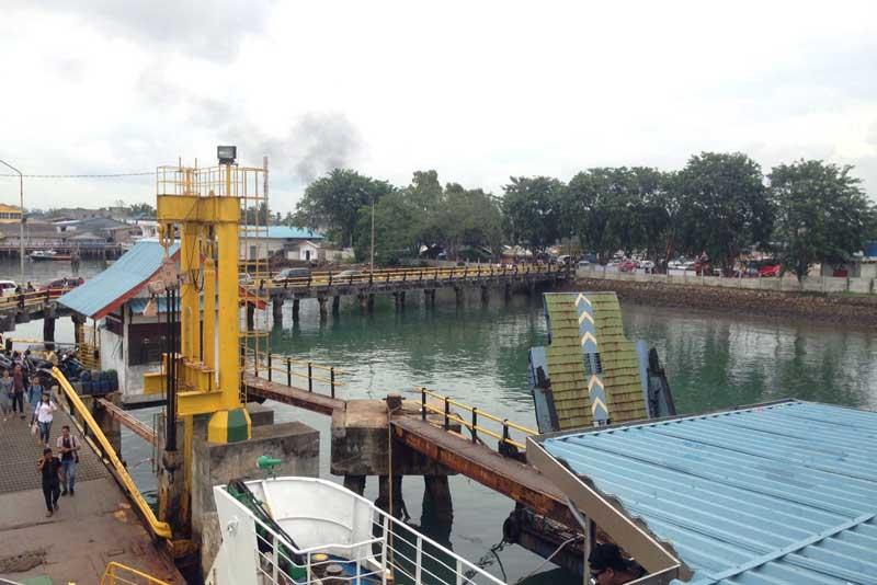 Suasana Pelabuhan Roro Tanjung Uban dari dek lantai 3