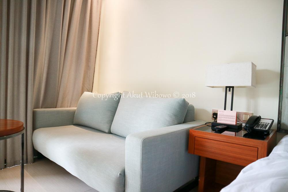 Sofa santai di sudut ruangan