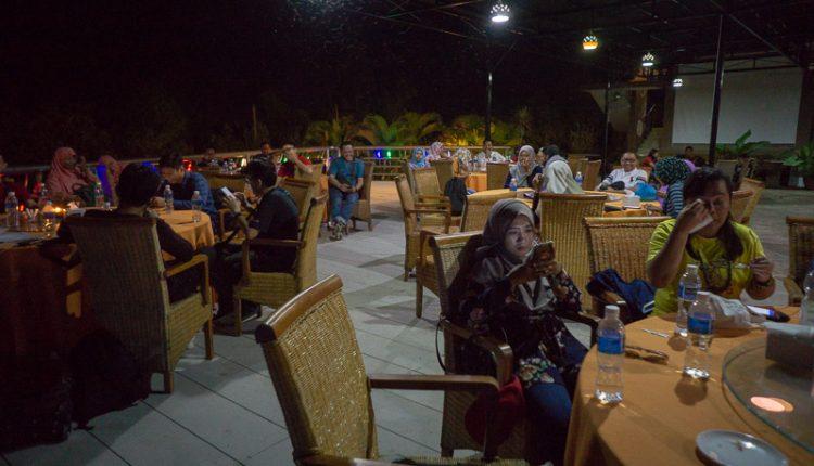 Suasana saat makan malam